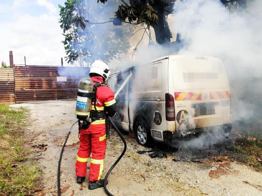 ANGGOTA bomba memadamkan kebakaran van milik sebuah syarikat keselamatan yang dibakar  di Bandar Country Home, Rawang, semalam.