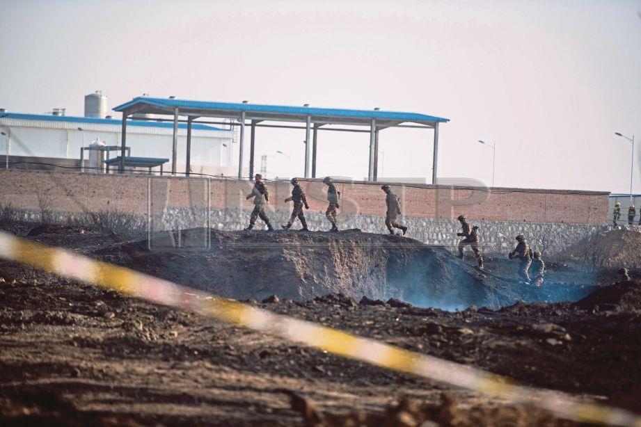 ASKAR dilihat memeriksa kawasan letupan  berhampiran sebuah kilang kimia di Zhangjiakou, wilayah Hebei, China semalam. - AFP