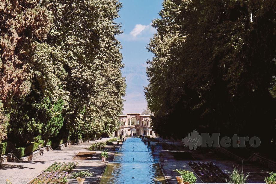PEMANDANGAN unik di Shazdeh Mahan Garden.