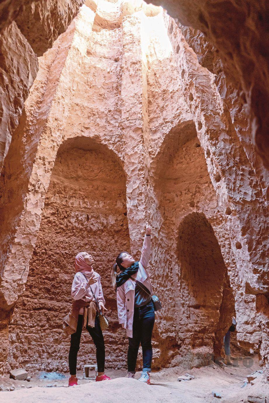 PENGUNJUNG kagum ketika berada di Qanat, tinggalan sistem takungan air