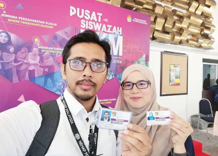 BERSAMA suami yang turut melanjutkan pengajian di peringkat sarjana. FOTO Ihsan Salwa Mohd Salleh