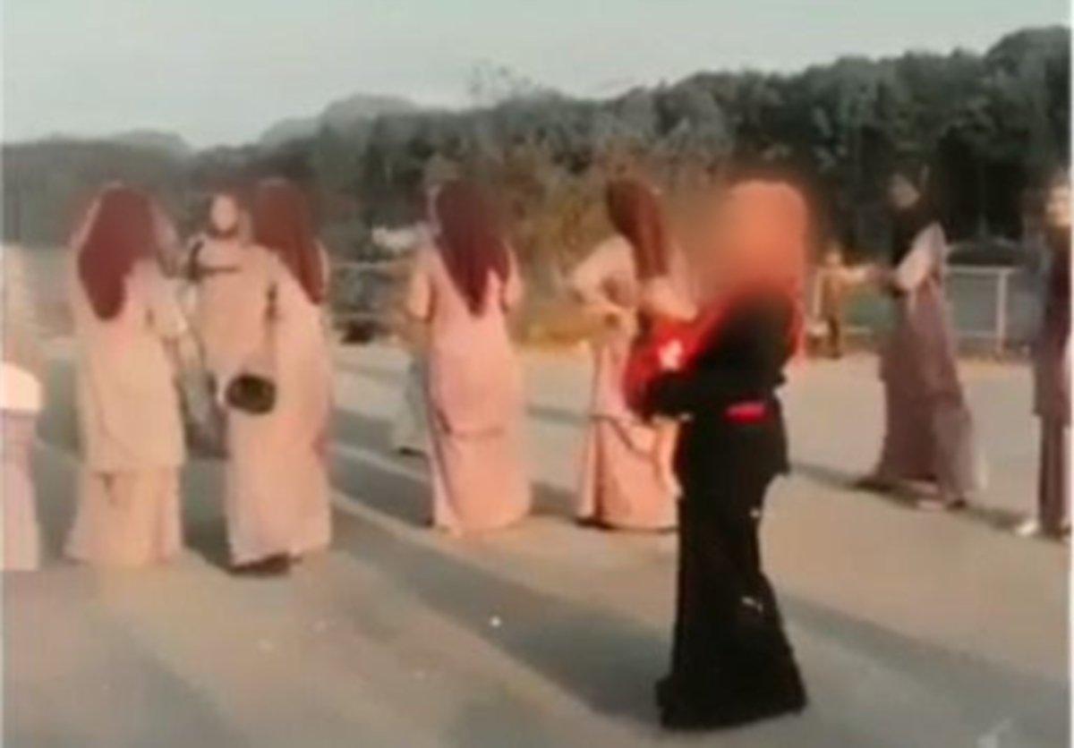 FOTO tular menunjukkan rakan pengantin.