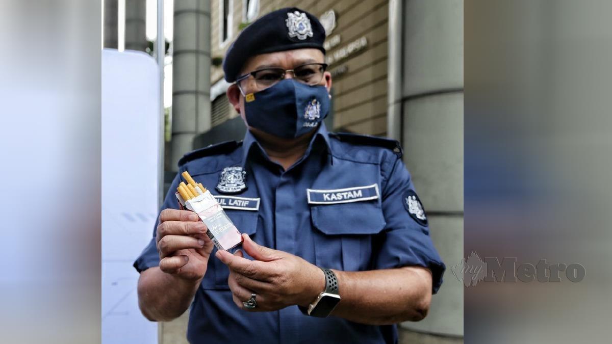 ABDUL Latif menunjukkan rokok seludup yang dipek kecil. FOTO Mohd Fadli Hamzah.