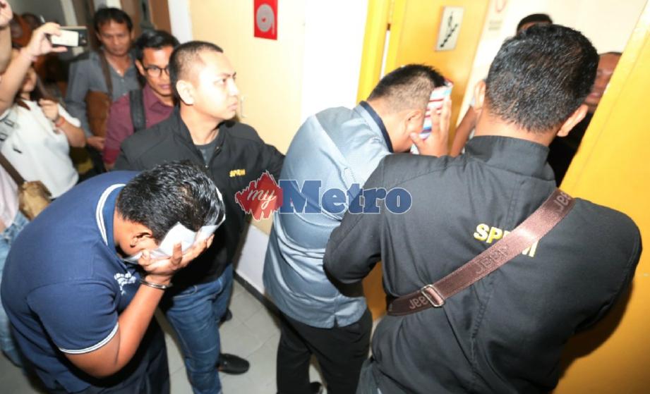 DUA lans koperal mengaku tidak bersalah di Mahkamah Sesyen Johor Bahru, hari ini atas pertuduhan meminta dan menerima rasuah berjumlah RM400 daripada seorang penjaga kedai komputer, tahun lalu. FOTO Mohd Azren Jamaludin.