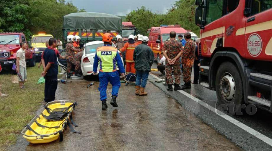 DUA maut manakala dua kanak-kanak parah selepas kereta dinaiki mereka merempuh belakang lori di Jalan Kota Marudu-Kota Belud di Kampung Ulu Kukut, Kota Belud, hari ini. FOTO ihsan pembaca.