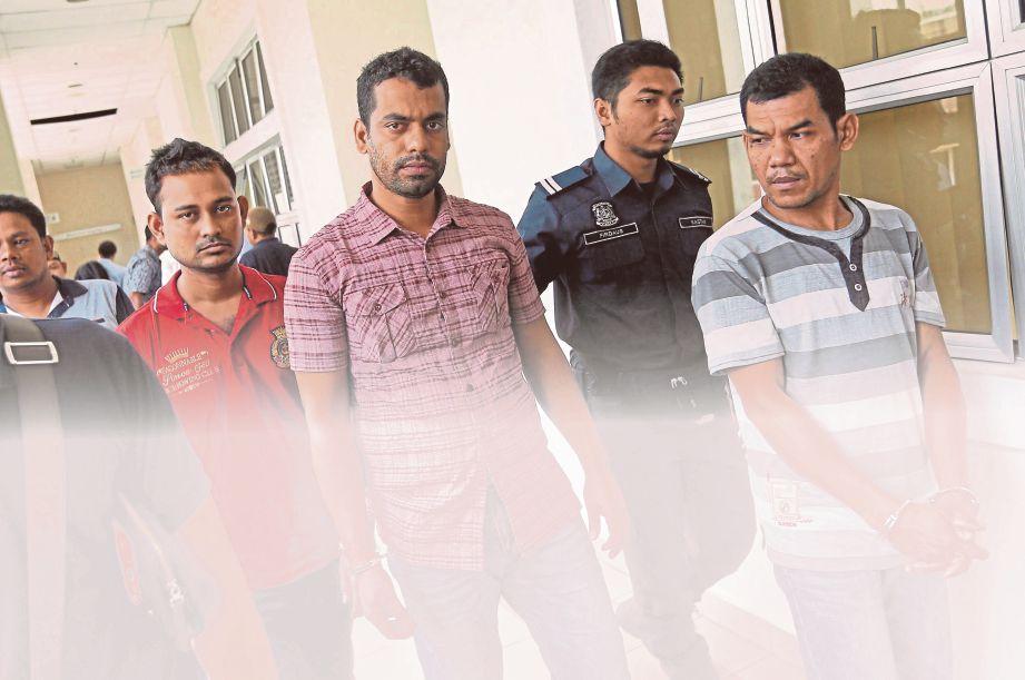 TIGA warga asing yang mengaku bersalah memiliki rokok seludup di Mahkamah Majistret Petaling Jaya dan dijatuhi hukuman penjara serta denda.