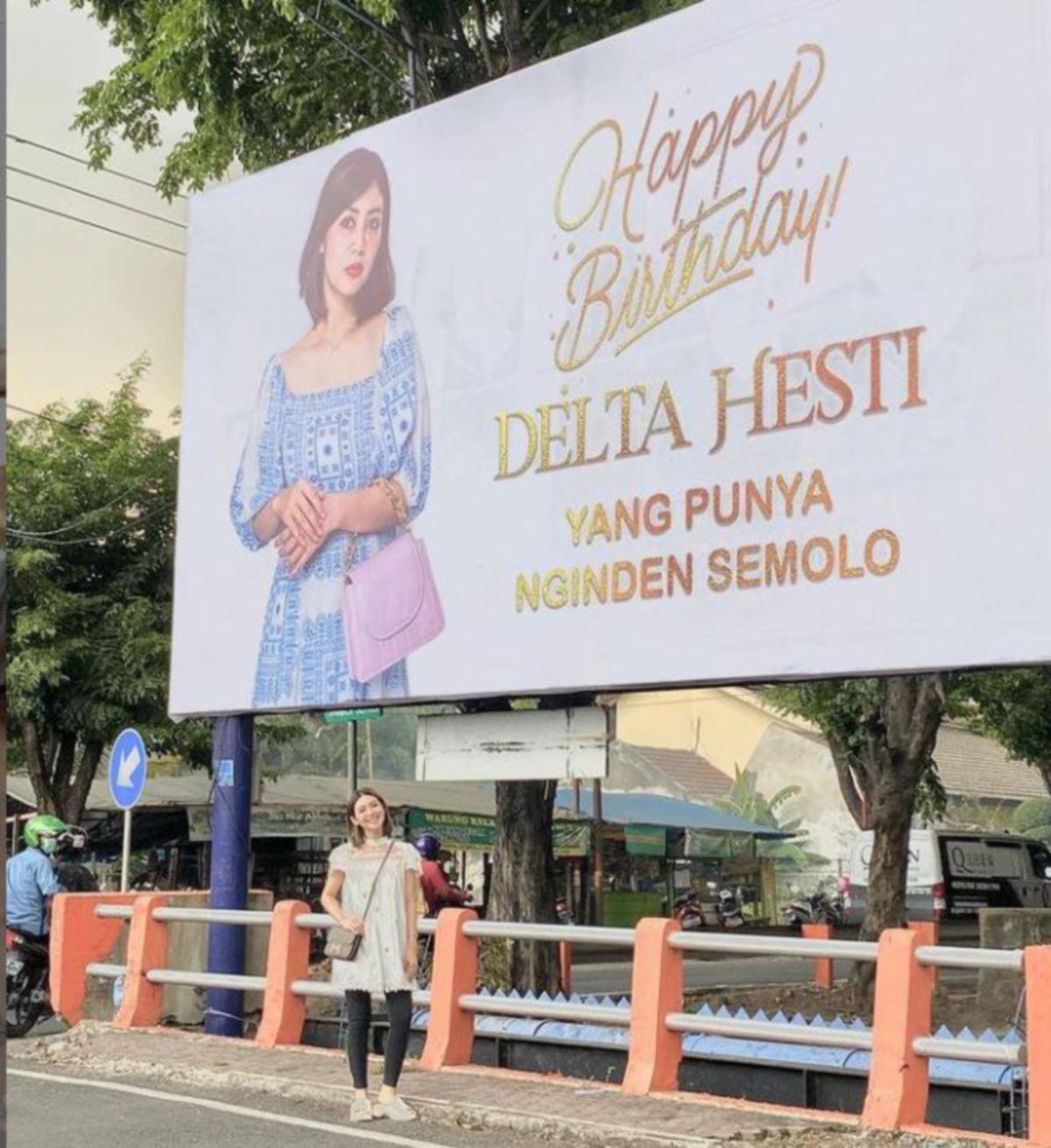 DELTA  bergambar depan papan iklan ucapan yang dipasang  suaminya.
