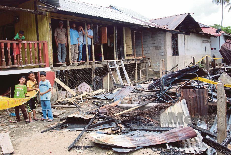KEADAAN rumah hangus dalam kebakaran  di Kampung Padang Pohon Tanjong.