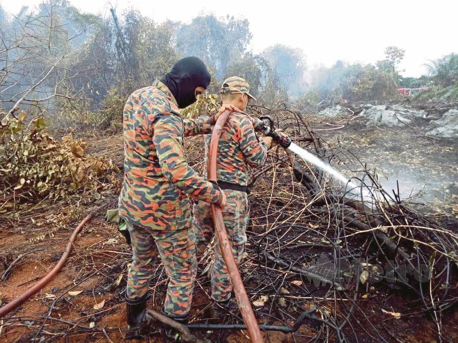 ANGGOTA bomba  memadam kebakaran hutan seluas 16 hektar di Pekajang, Gelang Patah.