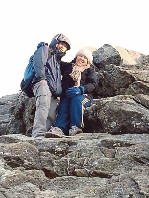 JUNAYDIA (kanan) bergambar kenangan dengan pendaki Gunung Kinabalu.
