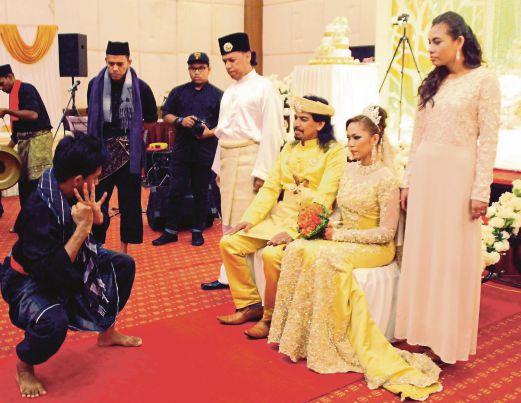 IDRIS  dan Erny Fariny  menyaksikan persembahan silat sempena majlis perkahwinan mereka yang berlangsung di Hotel Summit Bukit Mertajam.