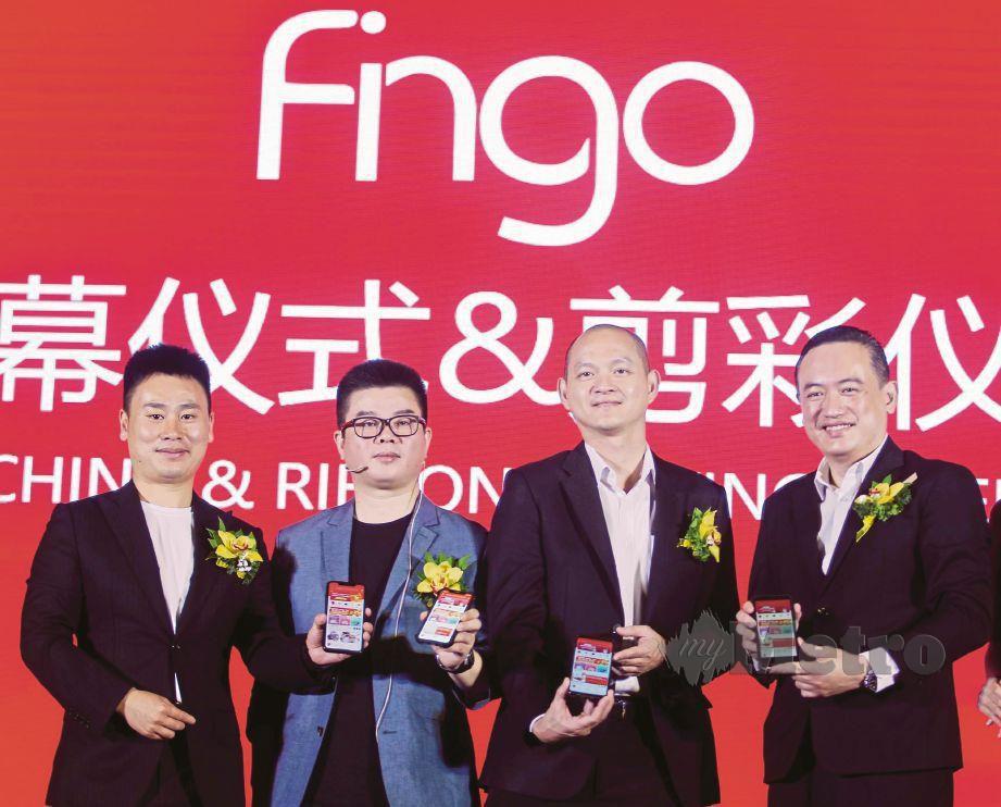 LEE (kanan)  menunjukkan aplikasi Fingo  pada pelancaran platform Fingo, semalam.