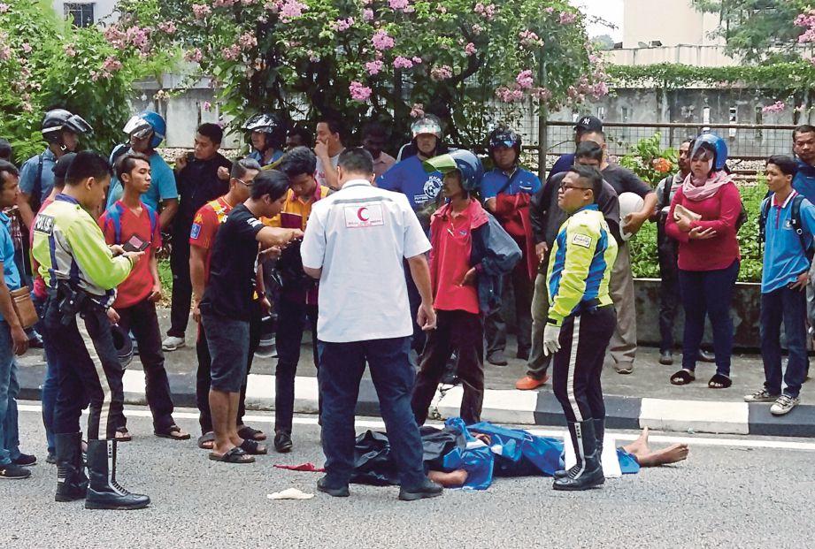 MUHAMMAD Faizul Azman maut di lokasi kejadian selepas motosikal yang ditunggang merempuh belakang lori penyelenggaraan DBKL di Jalan Bangsar, semalam.