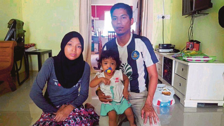 Nurul Wahida  bersama suami dan anaknya di rumah mereka di Taman Inderapura, Kuantan.
