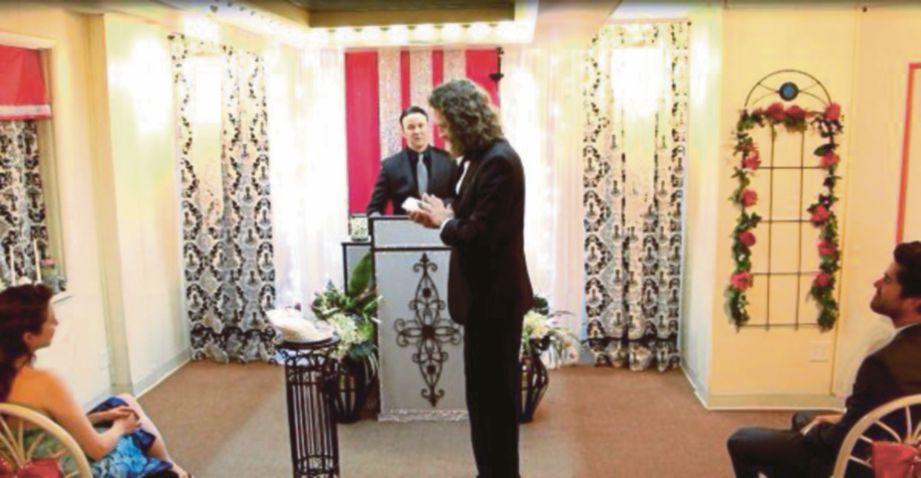 SEORANG paderi dan beberapa tetamu menjadi saksi perkahwinan Chervenak dengan telefon pintarnya.