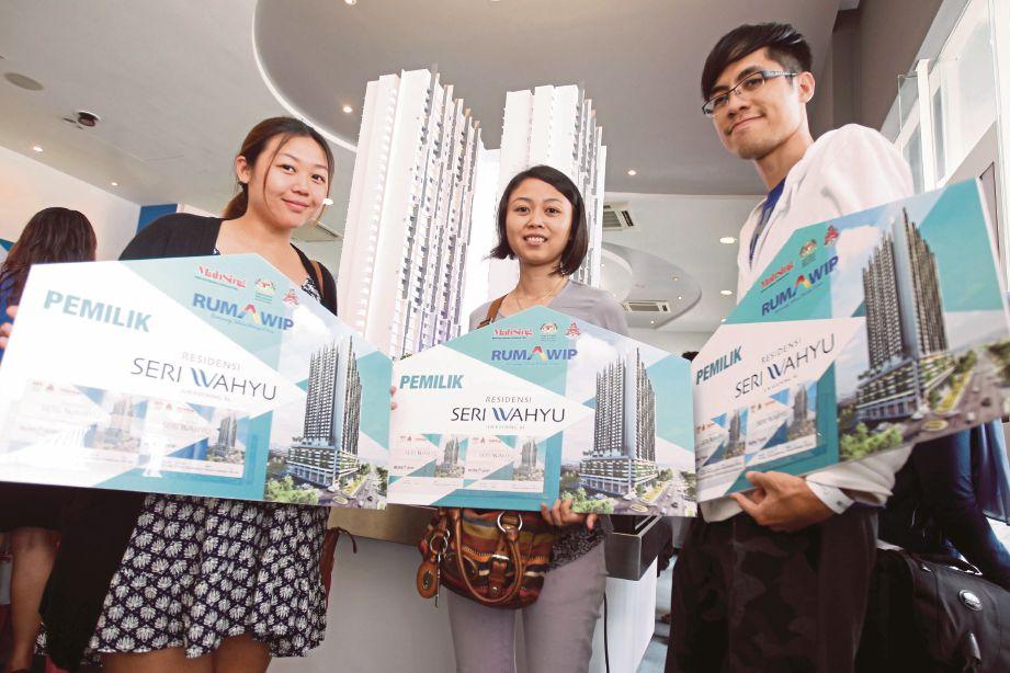 PEMBELI projek perumahan RUMAWIP Residensi Seri Wahyu, menunjukkan unit yang  berjaya dimiliki.