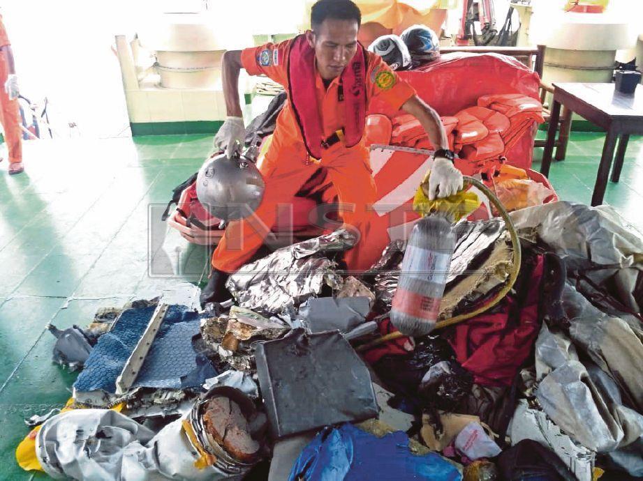PASUKAN penyelamat Indonesia mengumpul serpihan dan sisa Pesawat Lion Air JT610.