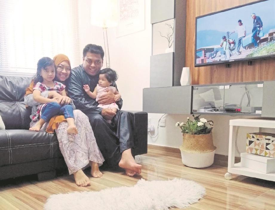NURUL Dian dan Noornazrul Ahyiar bersama dua anak perempuan mereka, Sofea Humaira serta Darleena Haura.