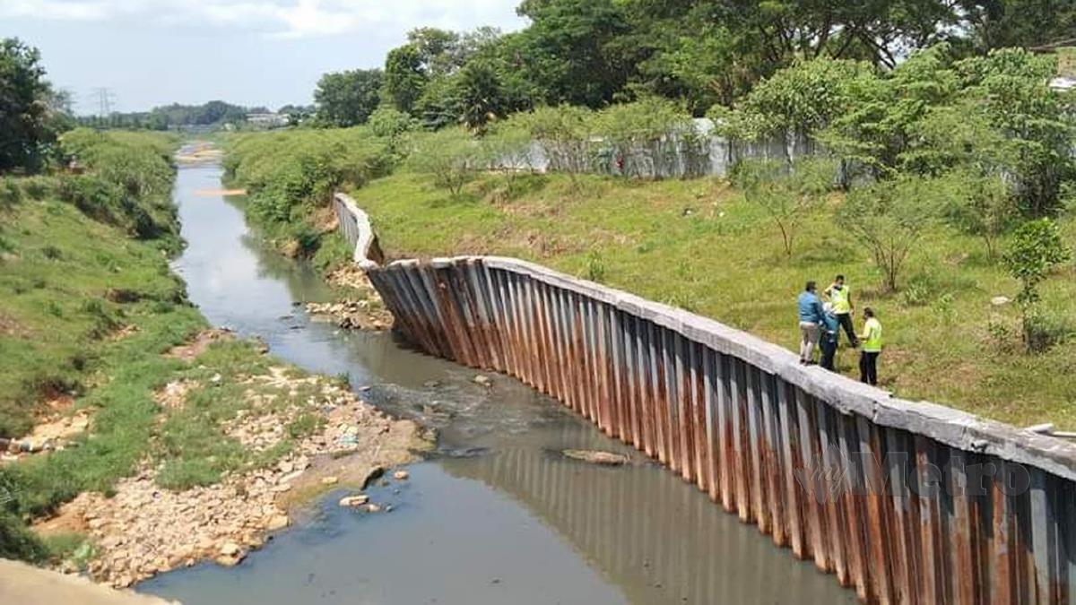KEADAAN Sungai Kim Kim didapati tercemar dengan sisa daripada premis bukan industri. FOTO ihsan JAS