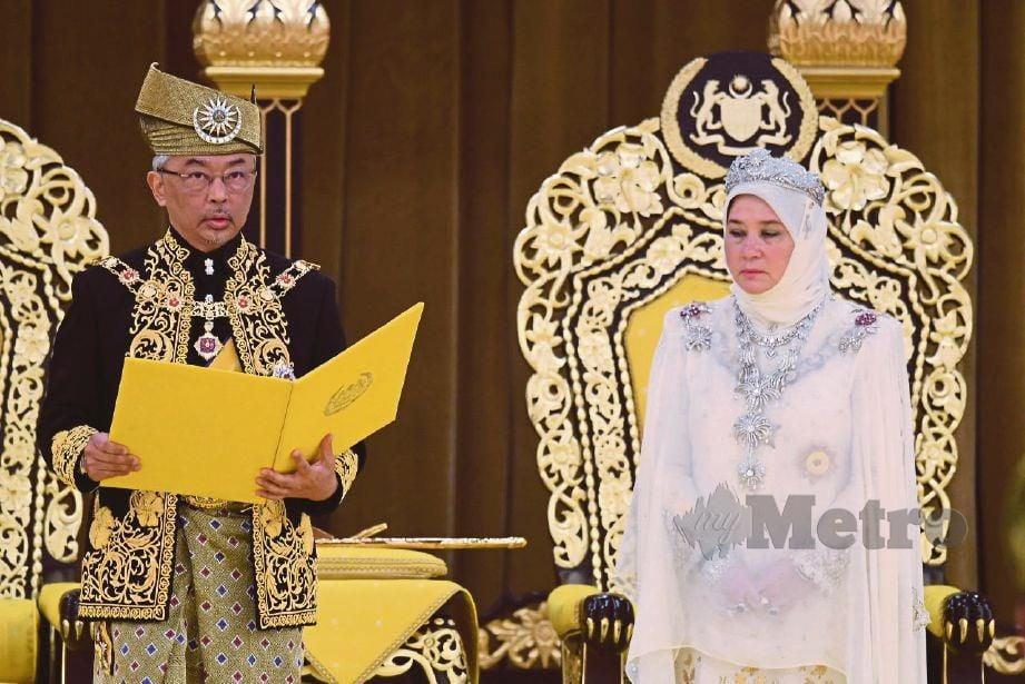 AL-SULTAN Abdullah ketika melafazkan Warkah Ikrar pada istiadat pertabalan baginda di Istana Negara, baru baru ini. Turut berangkat Raja Permaisuri Agong, Tunku Hajah Azizah Aminah Maimunah Iskandariah. FOTO BERNAMA