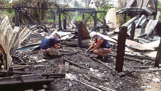 ANGGOTA bomba menjalankan siasatan kebakaran rumah di Jalan Tandek, Kampung Kuranji, Kota Marudu.