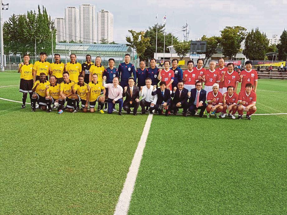 PASUKAN bekas pemain negara dan Korea Selatan sebelum perlawanan persahabatan di Seoul, baru-baru ini.