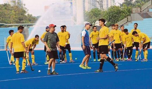 STEPHEN (empat dari kiri) bersama pasukannya ketika sesi latihan di Stadium Jalan Duta.