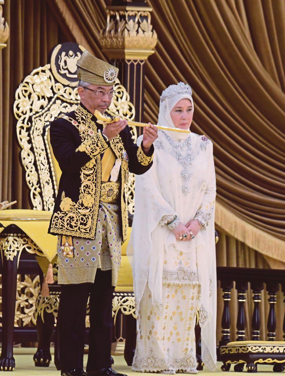 AL-Sultan Abdullah berkenan menerima Keris Kerajaan, simbol kebesaran dan kekuasaan Raja Berperlembagaan. FOTO Bernama