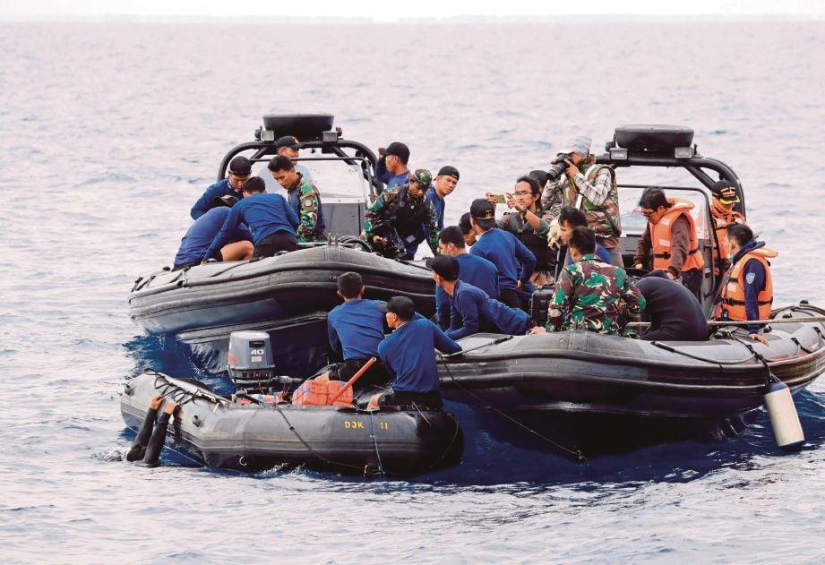 ANGGOTA penyelamat bersiap untuk menyelam di lokasi penerbangan JT610 pesawat Lion Air yang terhempas di perairan Karawang, Wilayah Jawa Barat, Indonesia.