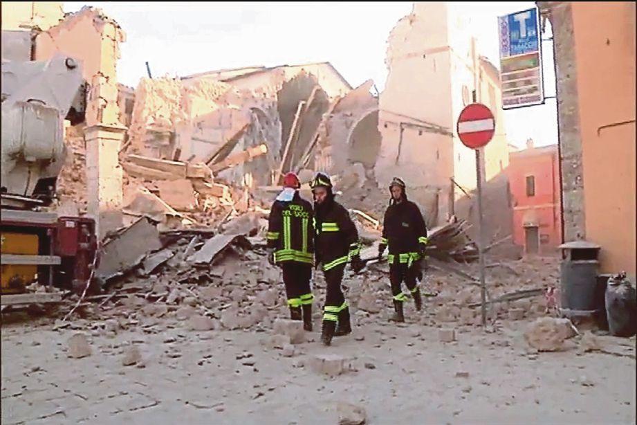 GAMBAR disiarkan badan penyiar Itali, Sky Tg24 menunjukkan sebuah bangunan yang musnah di Norcia. - AFP