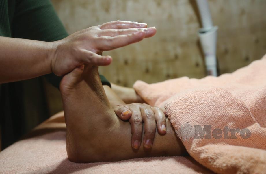 10. TERAKHIR, tolakkan setiap jari kaki ke dalam dan regangkan setiap bahagian kaki.
