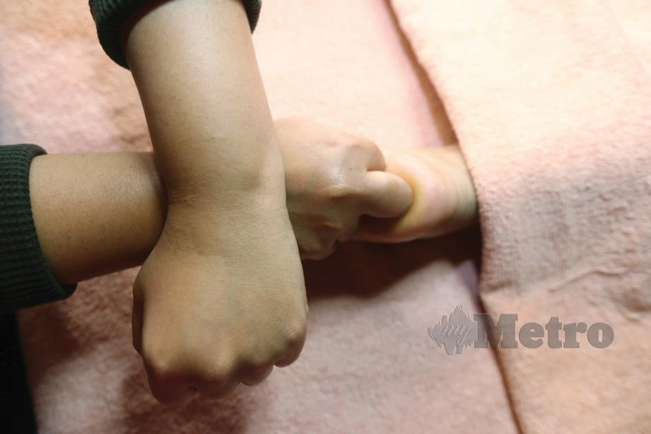 5. TEKAN sedikit pada bahagian tapak kaki terutama pada bahagian yang tidak selesa.