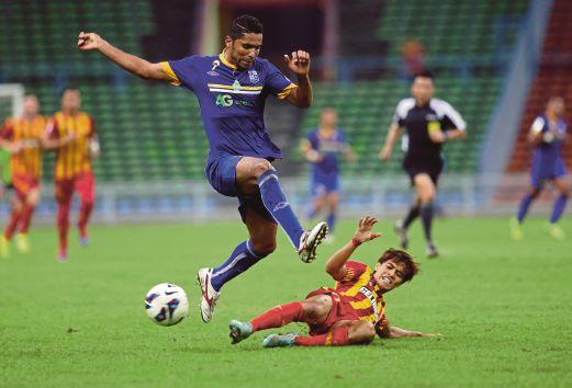 NAZMI (kanan) melakukan bentesan terhadap pemain Pulau Pinang.