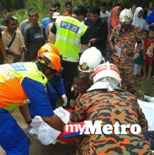 ANGGOTA Bomba dan Jabatan Pertahanan Awam Malaysia mengeluarkan mangsa yang tersepit. FOTO Mohamad Hairi Azmi Tham