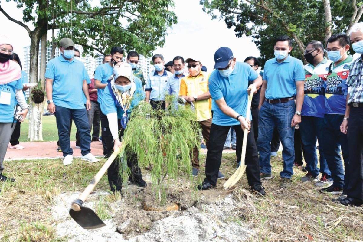 IZHAM dan Noraini menanam pokok sempena sambutan Hari Sungai Sedunia peringkat negeri Selangor, baru-baru ini.