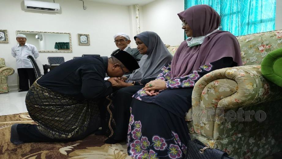 MUHAMMAD Sanusi (duduk bawah) memohon restu kedua orang tuanya di Kompleks Pas Kedah, hari ini. FOTO Nor Farhani Che Ad
