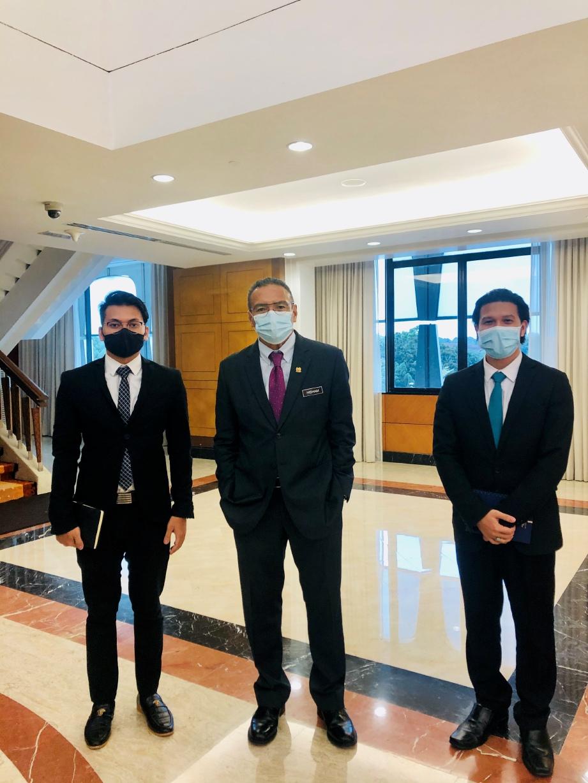 BERGAMBAR dan sempat bersembang santai dengan Menteri Luar Negeri, Datuk Seri Hishammuddin Tun Hussein (tengah).  FOTO: Ihsan Wan Arash Azzazi Johari