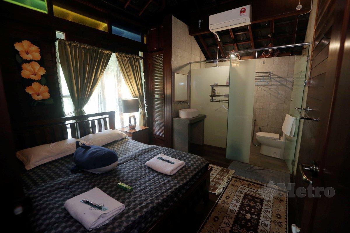 KEMASAN dinding kayu dan perabot seperti kabinet atau almari juga menggunakan kayu Cengal.