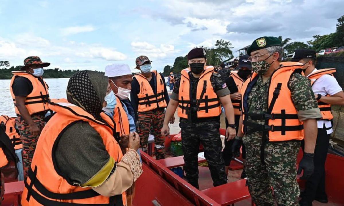 Al Sultan Abdullah berkenan menyantuni ibu bapa Mohd Loqman Hamka yang dilaporkan hilang di Sungai Pahang. FOTO Ihsan Istana Negara.