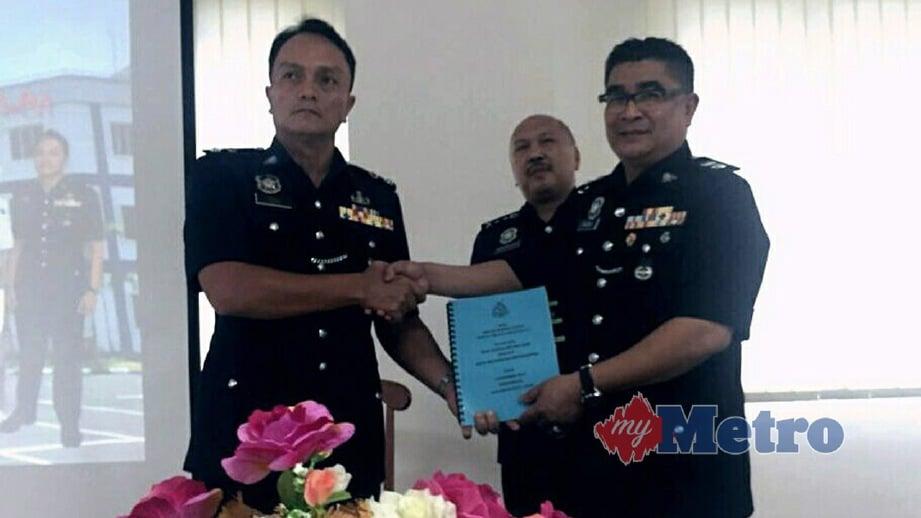 RAZAK (kanan) meneyerahkan tugas kepada Dzulkhairisambil disaksikan Mohd Kamarudin. FOTO Mohd Sabran MdSani