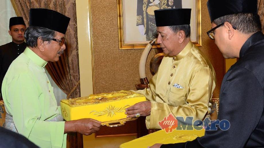 SULTAN Sallehudin berkenan menerima Darjah Kerabat Diraja Yang Amat Dihormati (DK) daripada Raja Jaafar. FOTO Sharul Hafiz Zam