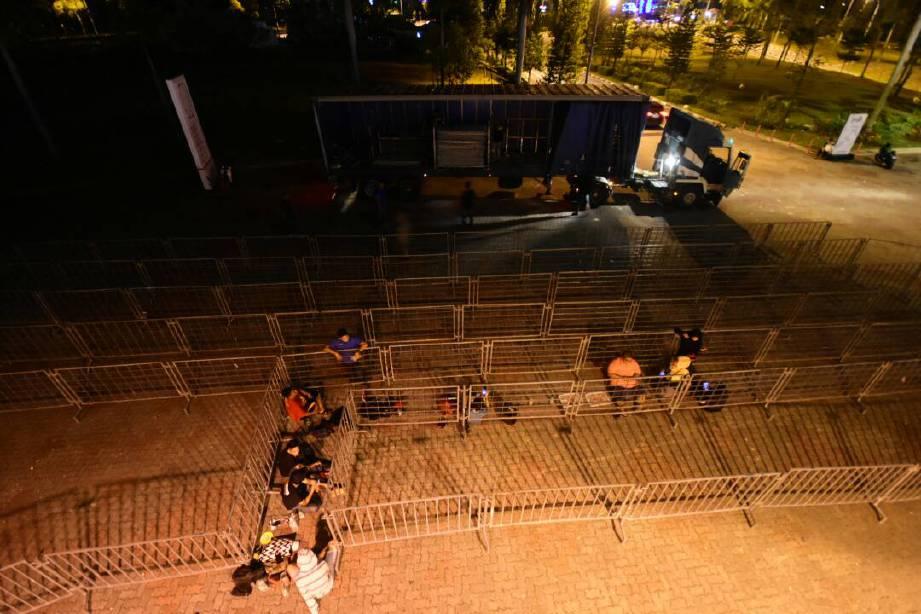 SEBILANGAN penyokong yang tidur di kawasan stadium menanti hari siang untuk membeli tiket.