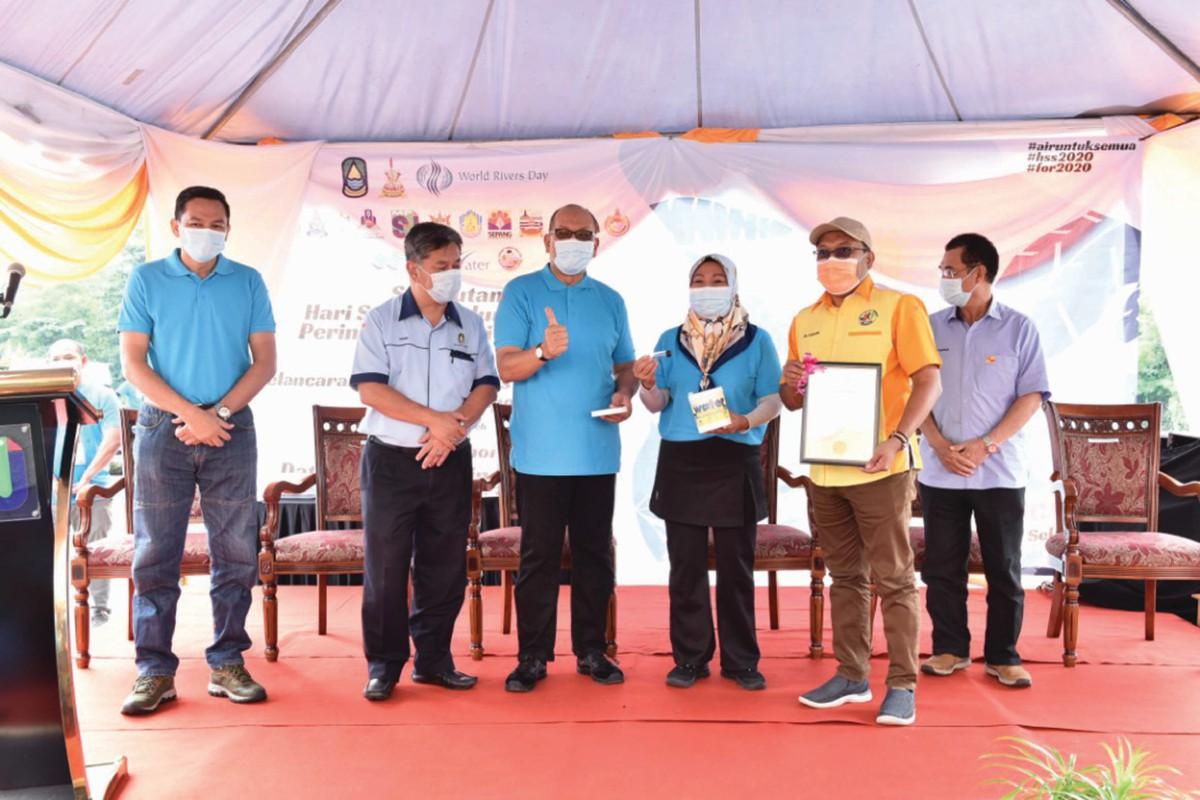 IZHAM (tengah) merasmikan sambutan Hari Sungai Sedunia peringkat Negeri Selangor.