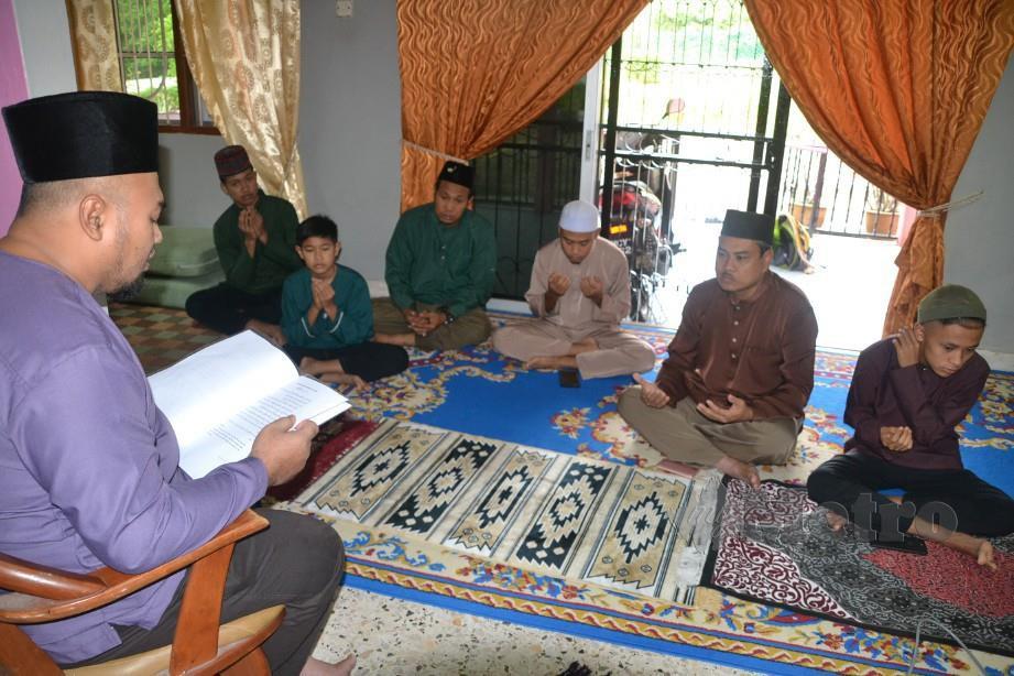 MOHD HUZAIR membaca teks khutbah solat sunat Aidilfitri. FOTO Hassan Omar