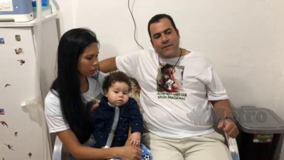 ALVES bersama isterinya dan bayi mereka yang berusia 19 bulan. - Agensi