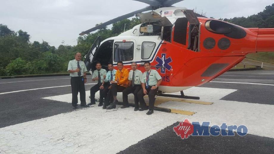 ANTARA doktor dan kakitangan hospital bergambar dengan helikopter yang disediakan khas untuk perkhidmatan Medical Evacuation (MedEvac) di helipad di perkarangan Hospital Langkawi. FOTO ihsan Norhizan Ismail