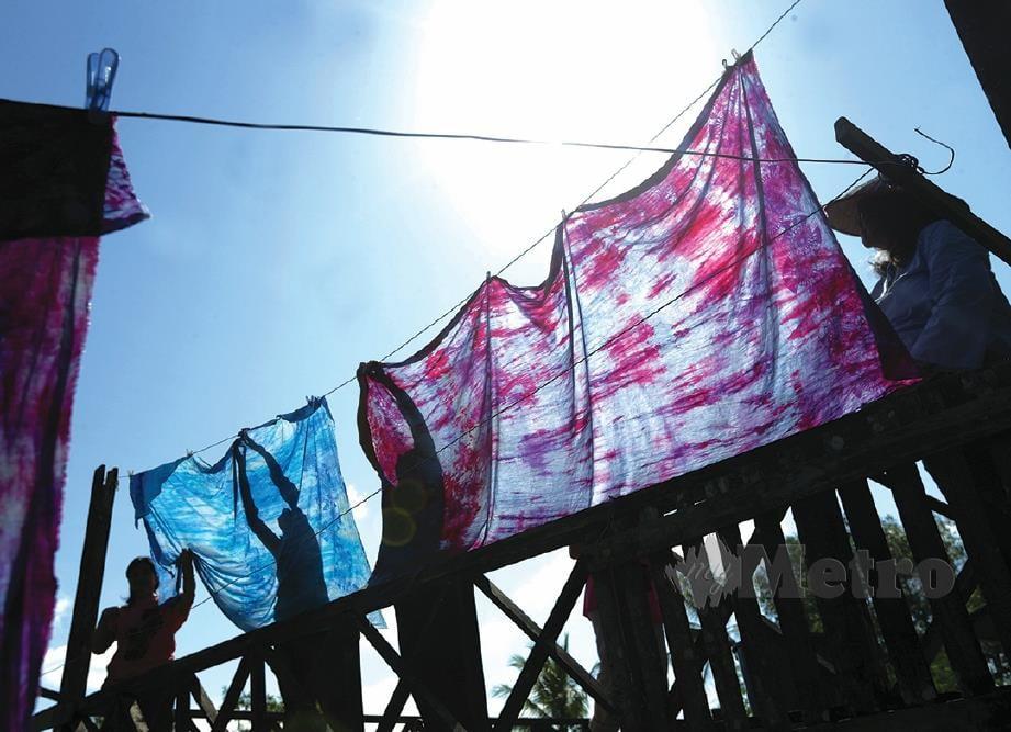 KAIN batik linut dijemur sebelum proses pencetakan. Foto Aziah Azmee