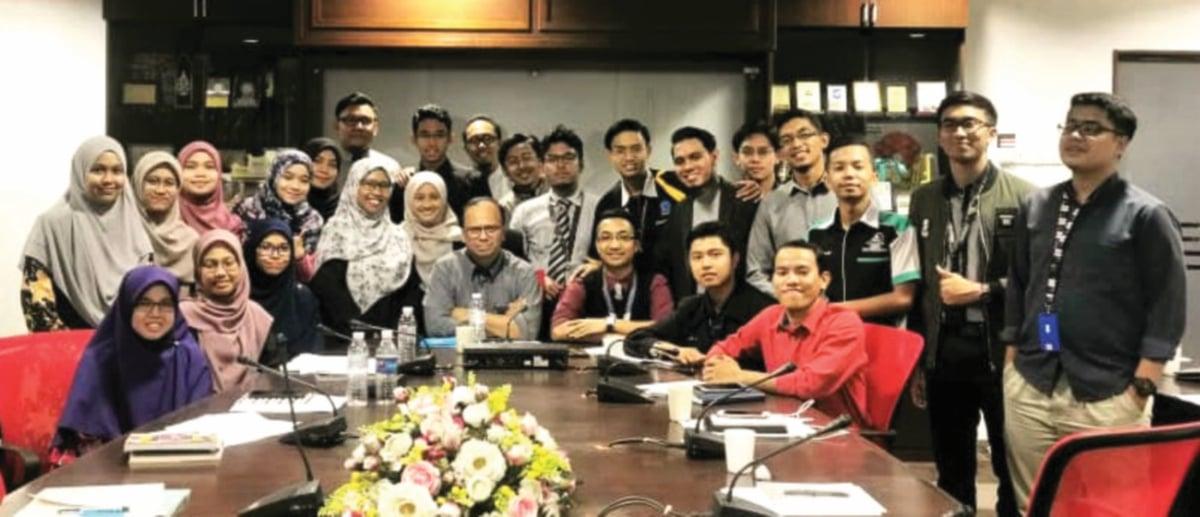 MUHAMMAD Danial Akmal (duduk tiga dari kanan) ketika membincangkan isu membabitkan pelajar USIM.
