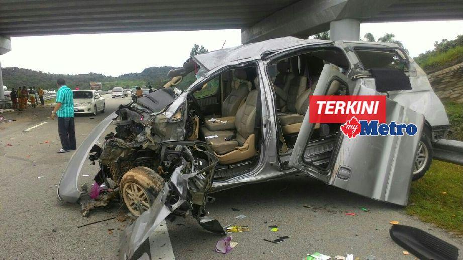 Keadaan MPV Hyundai Starex yang terbabas di KM 288.6 LPT2 menyebabkan lima sekeluarga terbunuh. - Foto Ihsan Pembaca