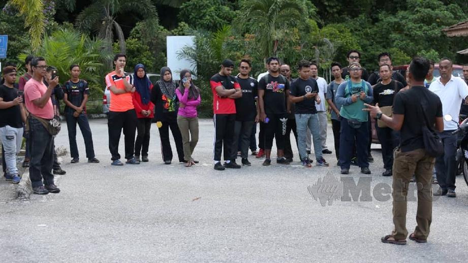 HAMPUR 50 sukarelawan berkumpul untuk membantu operasi mencari. FOTO Muhaizan Yahya